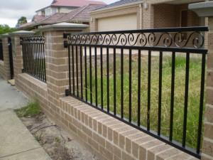 Dekorativ stålrör och svarta staket aluminium