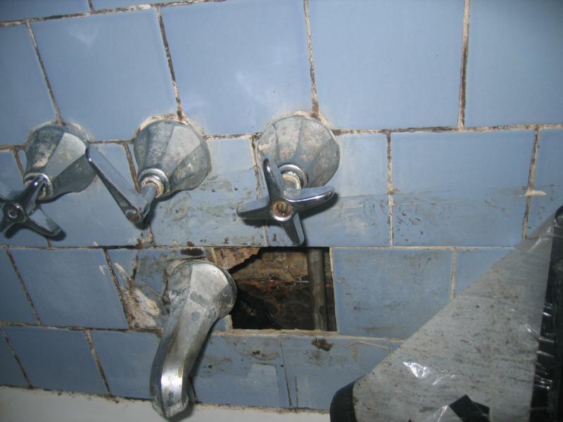 Cómo prevenir el daño de agua en su cuarto de baño