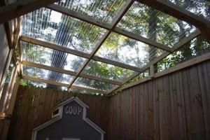 Asentaminen aallotettu muovi katto