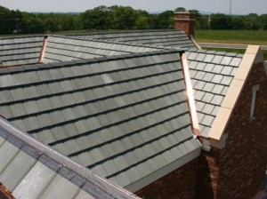 Reparación de un techo con goteras de baldosas de hormigón
