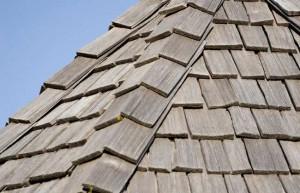 Reparar ou substituir as telhas de madeira danificadas