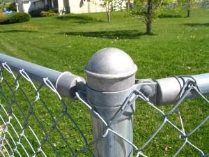 A instalação de um poste de cerca de alumínio