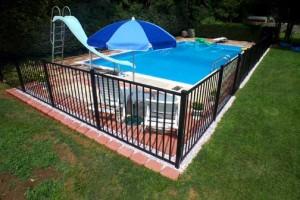 Instalação de uma cerca de segurança da piscina