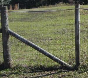 Refuerzo de los postes de madera cerca