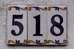Números em cerâmica