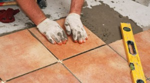 Het installeren van keramische tegels