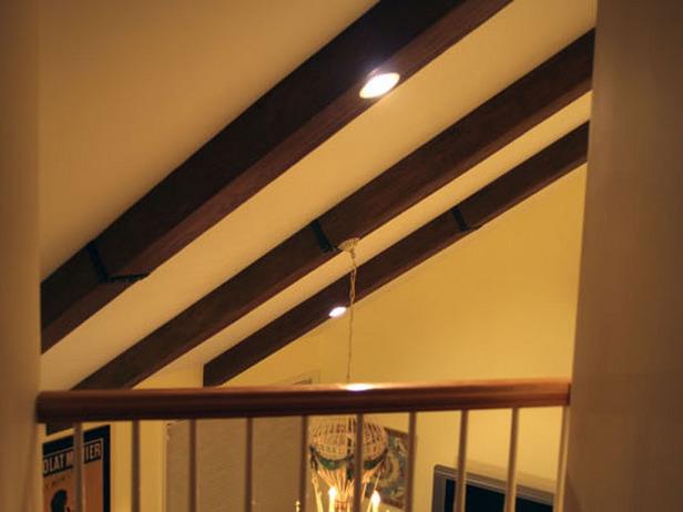Het installeren van faux houten balken op een kathedraal plafond