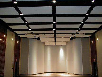Como prueba de sonido una habitación con techo suspendido