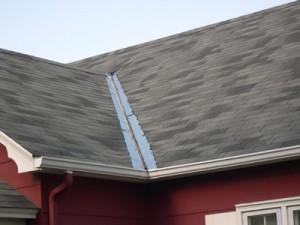Instalar telhas em um telhado vale