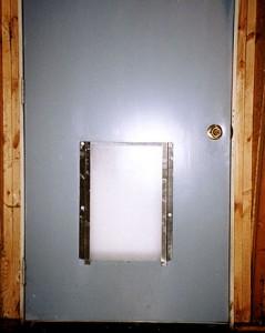 Instalación de una puerta para mascotas en una puerta de acero