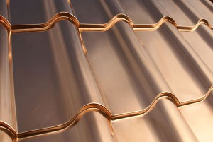 Instalación de una cubierta de cobre sobre un techo de tejas